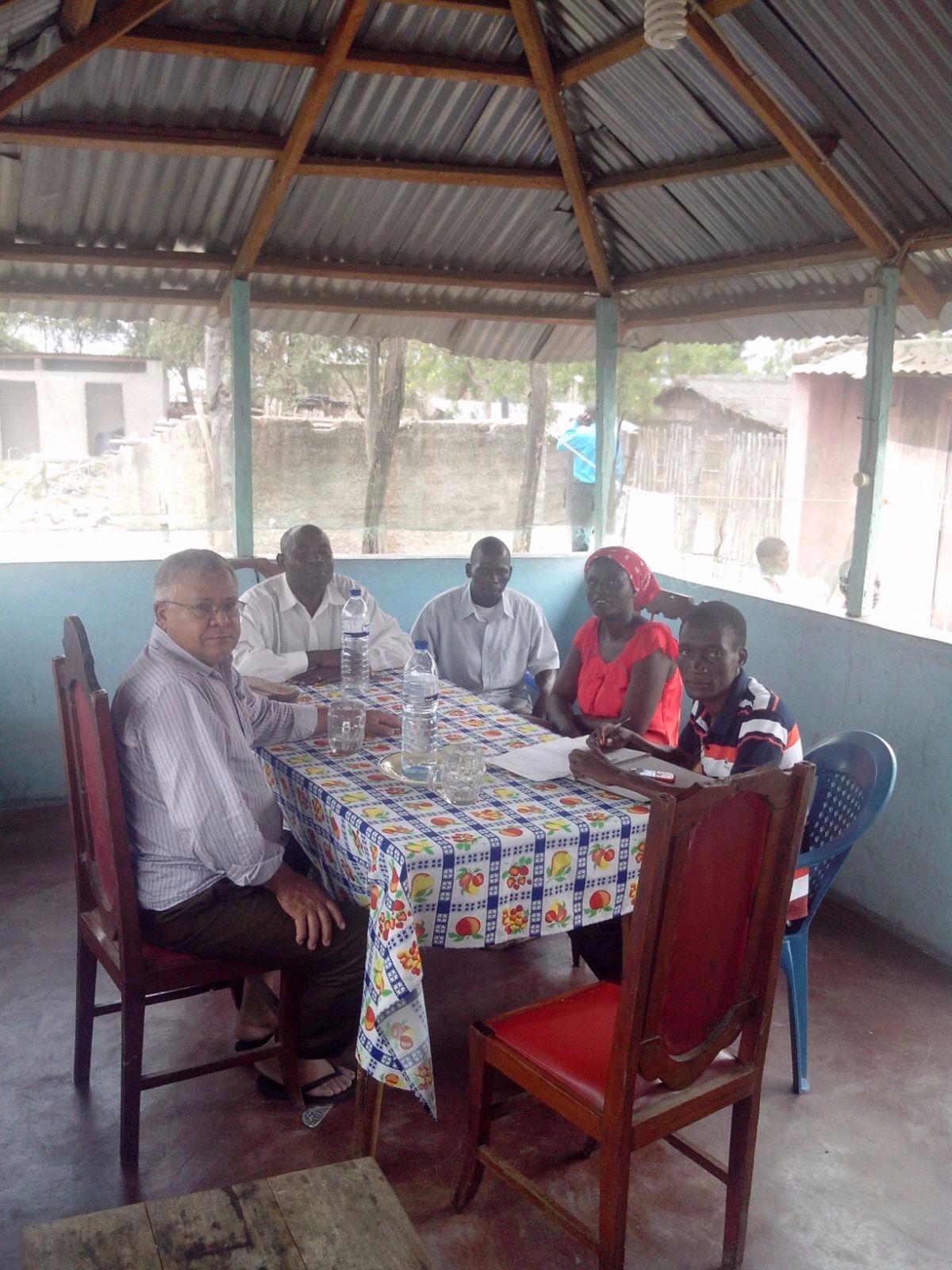 Nesta humilde mesa você não vê um banquete, mas impossível não notar o semblante feliz e acolhedor desses irmãos.