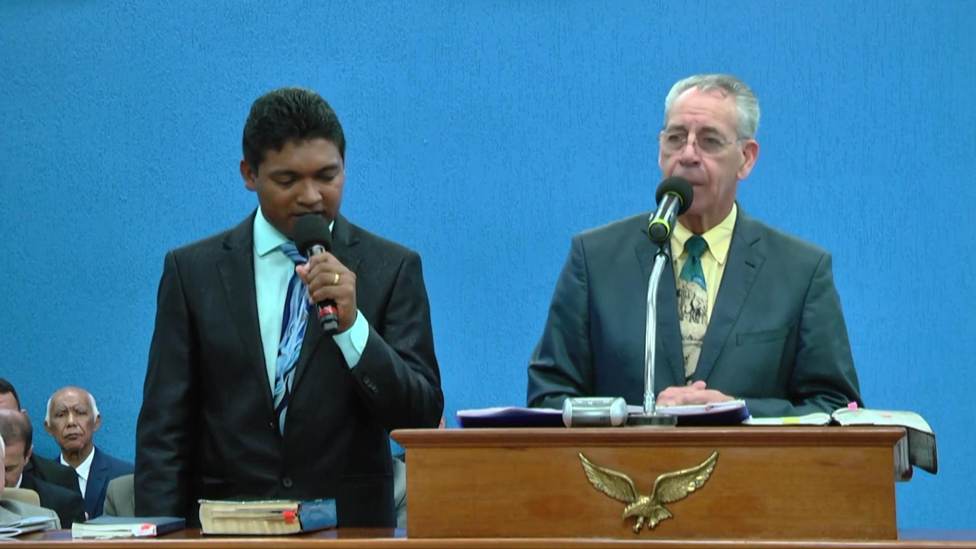 A esquerda irmão Stephano, tradutor. A direita Pr. Gerald Hughes - EUA