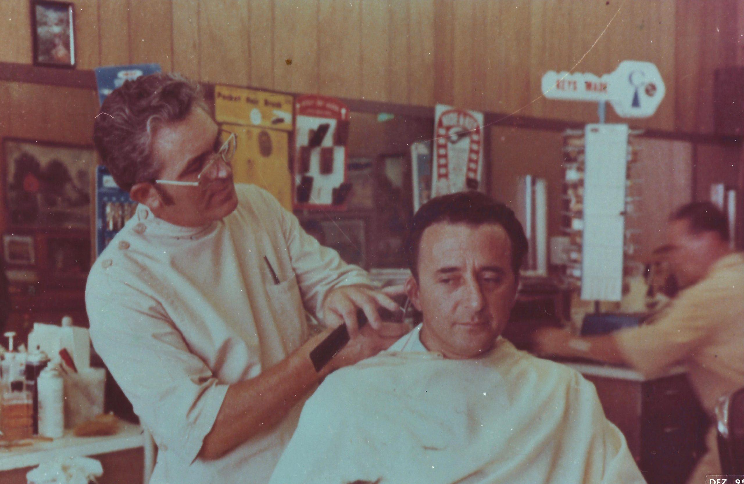 Pr. Joaquim Gonçalves - cortando o cabelo no mesmo lugar onde o Profeta William Branham cortou o cabelo